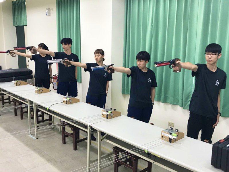 左營高中建置空氣槍靶場,成為南部首間配置教學靶場的高中,學生想練成神射手。圖/左營高中提供