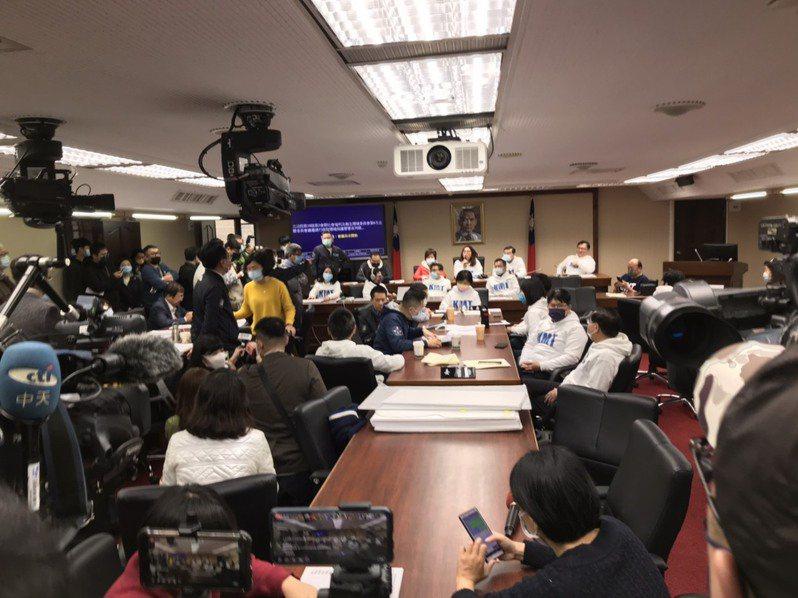 立法院衛環委員會今天為了疫苗調閱小組再度大戰。記者吳姿賢/攝影