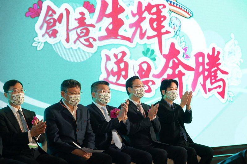 副總統賴清德(右一)今天早上出席在圓山飯店舉辦的「世界台灣商會聯合總會第27屆第2次監事聯席會議」開幕典禮,與台北市長柯文哲同場現身。圖/總統府提供