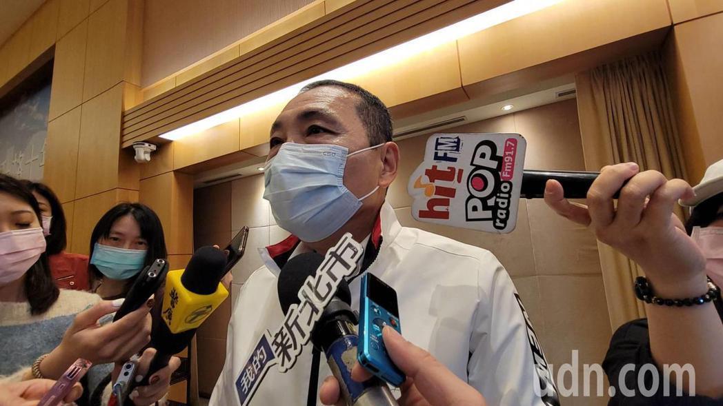 全台22日開始施打AZ疫苗,新北市長侯友宜今天在防疫會議表示,中央起初配發的疫苗...