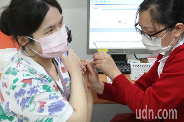 國內新冠肺炎疫苗3月22日開打,桃園市5家醫院共拿到3800劑AZ疫苗。記者陳俊...