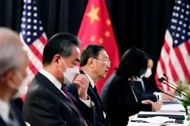 美中高層在阿拉斯加對話火爆交鋒,中方代表楊潔篪(左三)的發言,意在否定美國霸權角色與權力。路透