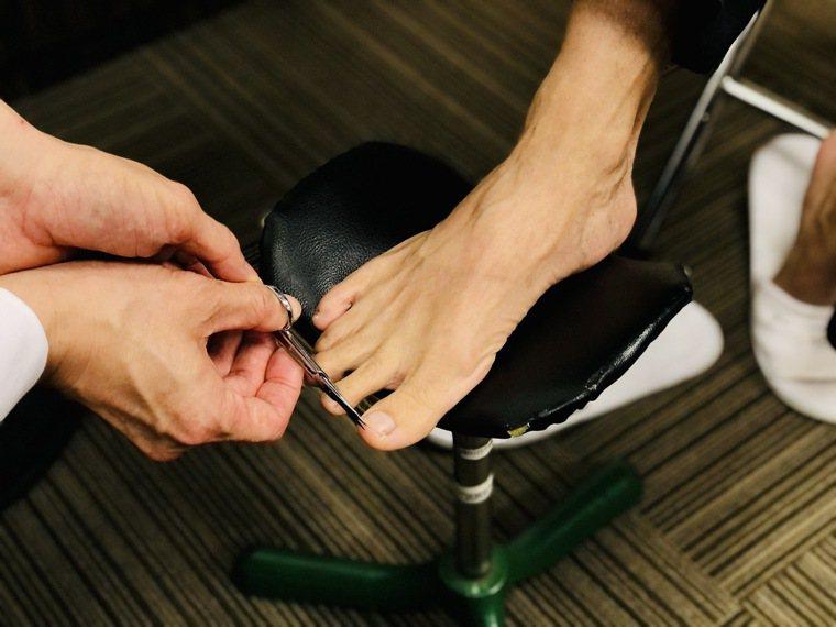書田診所皮膚科主任醫師蔡長祐表示,臨床上建議民眾使用修剪指甲專用的剪刀,以「平剪...