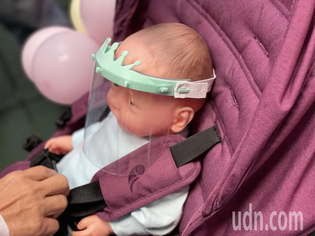 防護面罩適用剛出生3個月內的嬰兒,面罩上的皇冠用合成樹脂,內有緩衝護墊,面罩則是...