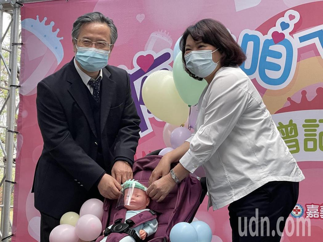 嘉基院長姚維仁致贈(左)今天代表致贈1000個防護面罩給嘉義市長黃敏惠。記者林伯...