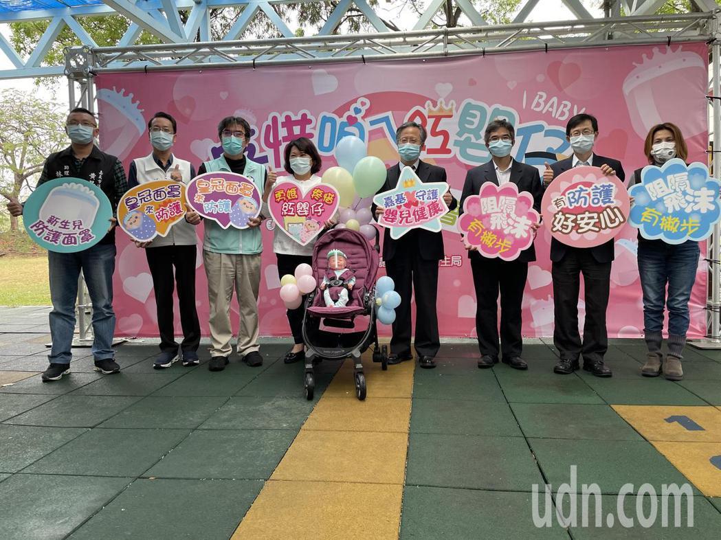 嘉基醫院今天送1000個防護面罩給嘉義市政府。記者林伯驊/攝影