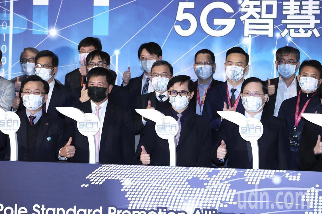 5G智慧杆標準推動聯盟成立,由和碩董事長童子賢(前右二)擔任聯盟會長、與台北市電...