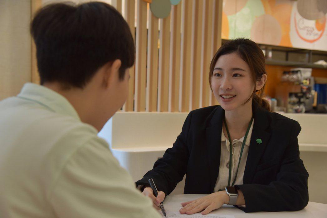 國泰產險人員向民眾解說旅行泡泡綜合保險的保單內容。國泰產險/提供