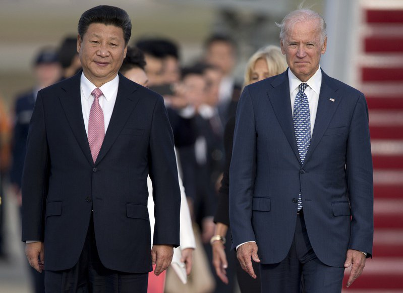 專欄作家佛里曼指出,美國應高度警戒中方藉由「2025中國製造」計畫,在重要高科技產業上大舉投資,直接挑戰美國。圖為2015年當時擔任美國副總統的拜登(右)在馬里蘭州安德魯空軍基地,接待到訪的中國國家主席的習近平。美聯社