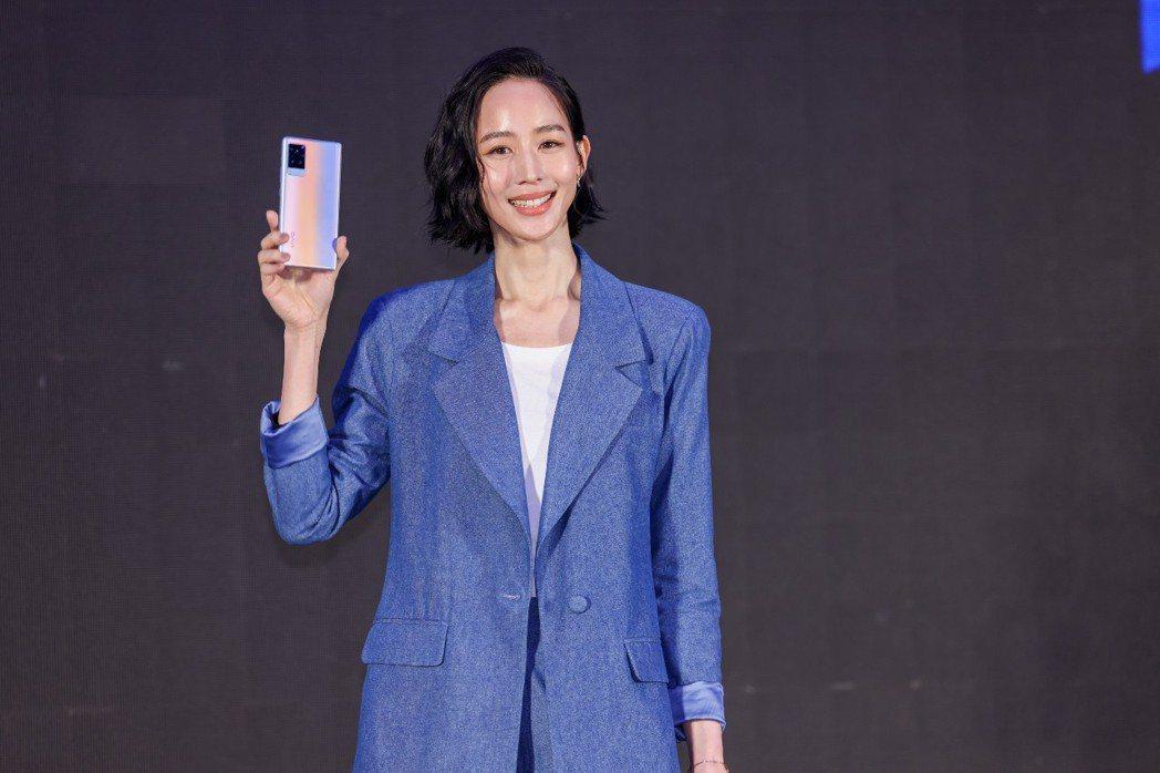 張鈞甯在手機廣告中自導自演。記者沈昱嘉/攝影