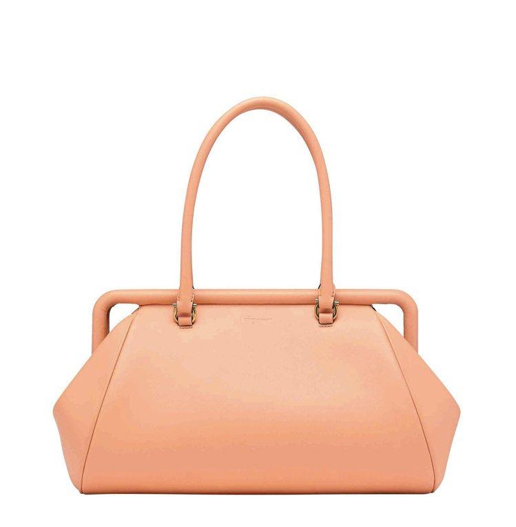 FRAME淡橘色小牛皮肩背包,86,900元。圖/Salvatore Ferra...