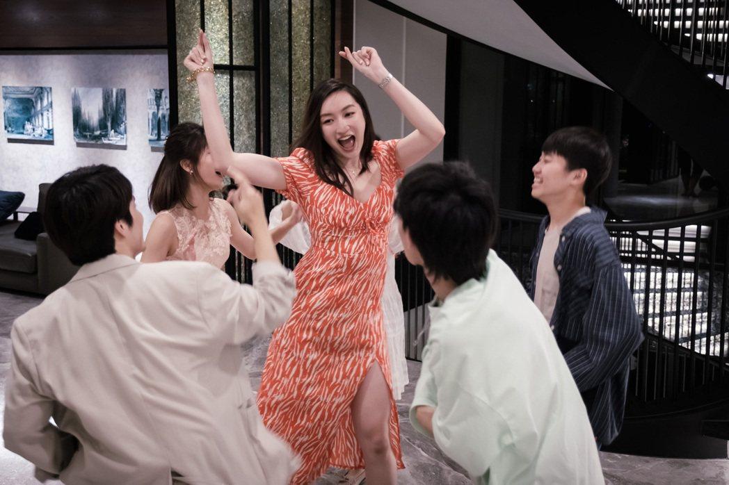 溫心舞從小在美國念書,開心回台灣拍戲結交到好朋友。圖/民視提供