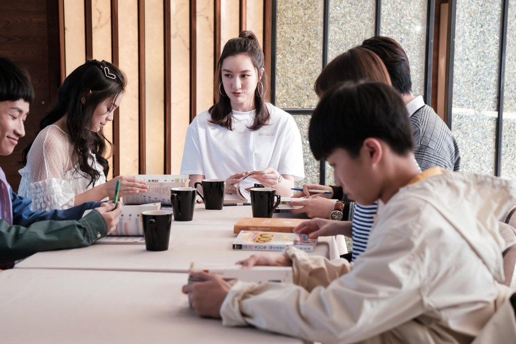 溫心舞(中)加入「日蝕遊戲」演出英文家教老師。圖/民視提供