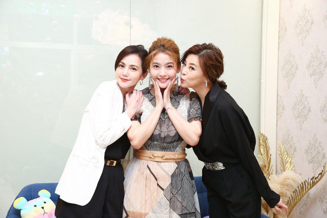 王樂妍(中)開美容SPA館,好友方馨(右)、簡沛恩站台力挺。圖/超級紅娛樂提供