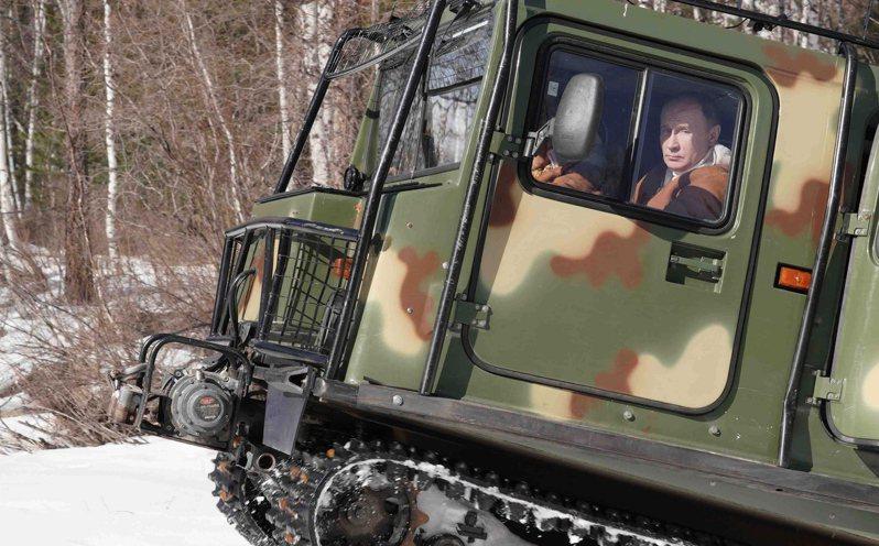 俄國官方21日發布一組新照片,普亭開著巨無霸的軍用全地形車,展現無人能阻擋的氣勢。歐新社