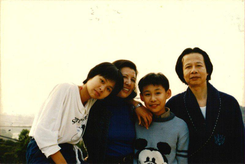 作家七等生紀錄片「削瘦的靈魂」上映,七等生長子劉懷拙受訪回憶家人實際樣貌。圖為七等生早年與妻子、二子及女兒合照。圖/劉懷拙提供