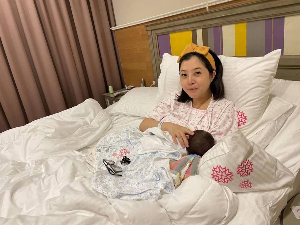李亮瑾分享抱著兒子的照片。圖/摘自臉書