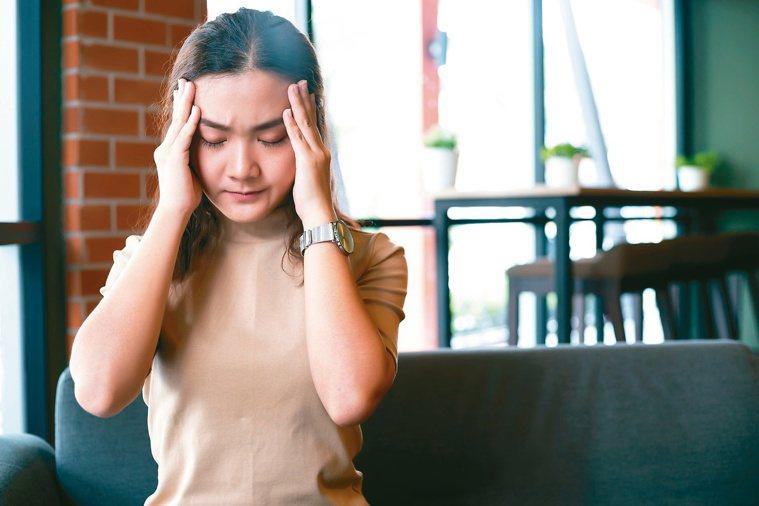 女性較易偏頭痛,罹患憂鬱症、焦慮症的機率也較高。圖╱123RF