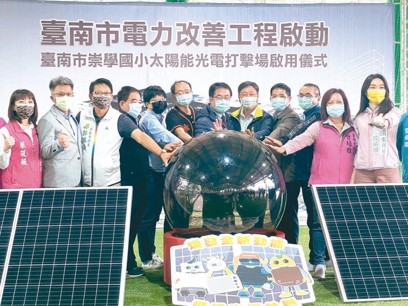 台南市國中小教室冷氣建置工程,昨天由市長黃偉哲(中)等人在東區崇學國小啟動電力改善施工。記者修瑞瑩/攝影