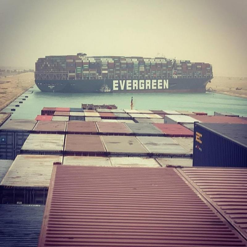 長榮貨櫃輪「長賜號」廿三日在蘇伊士運河擱淺,另一艘在後方的貨櫃船「Maersk Denver」船員拍下長賜號船身卡住阻擋河道畫面。圖/截自Instagram