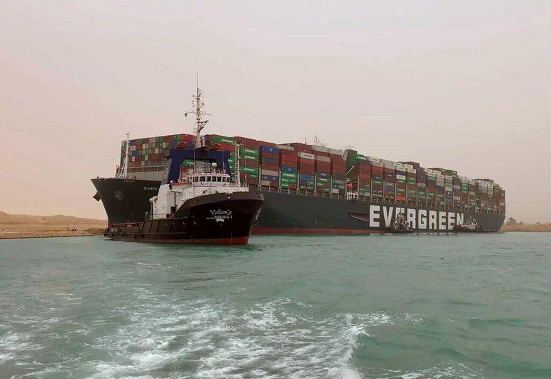 長榮海運超大型貨櫃輪長賜號(Ever Given)卡在蘇伊士運河。 美聯社