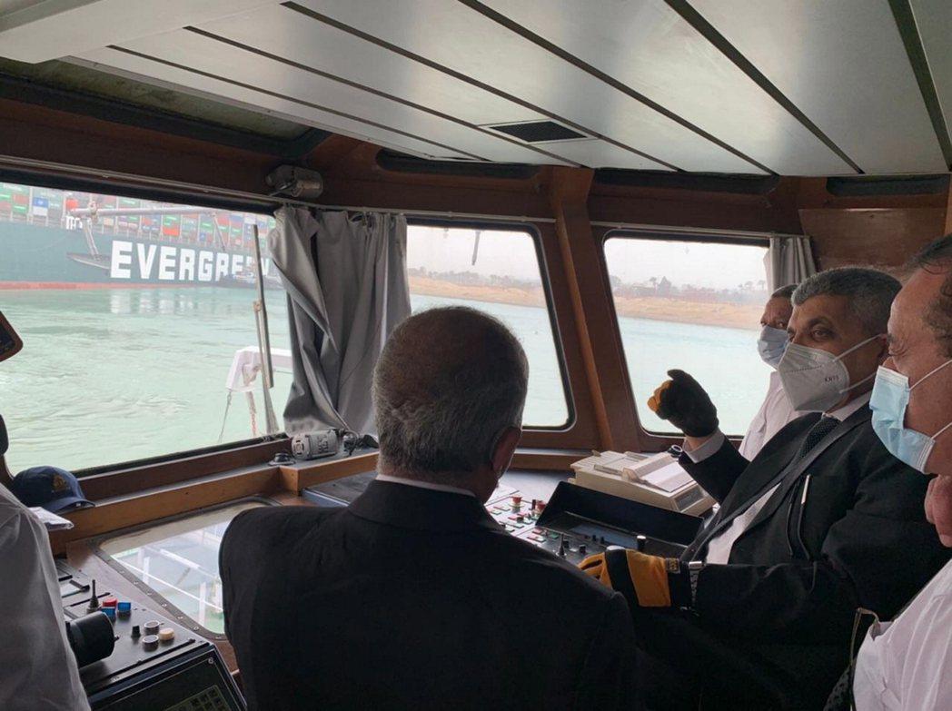 前去了解狀況、制定救援計劃的蘇伊士運河管理局。 圖/歐新社
