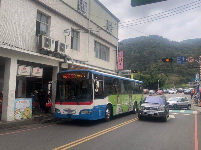 苗栗客運在當地唯一巴士總站旁,乘客上、下車位置卻在巷弄內雙向單線道,公車停靠在紅線、雙黃線之間,往往造成後方堵塞、甚至超車危及旅客及對象來車安全。記者侯俐安/攝影