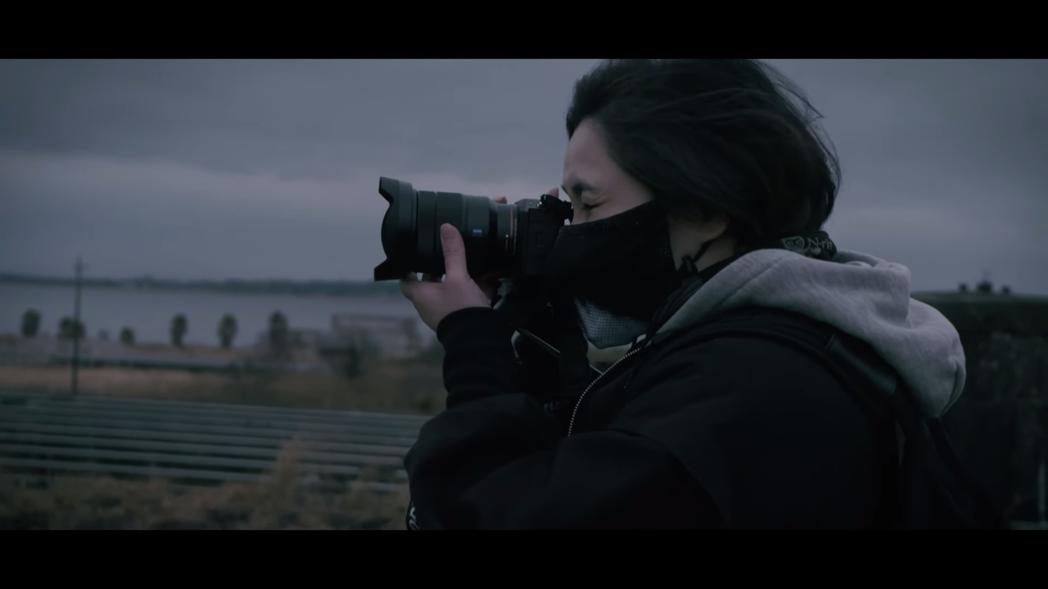 中村育美接受紀錄片採訪,在廢墟間探險,一邊聊著自己的過往與規劃 圖:Cutsce...