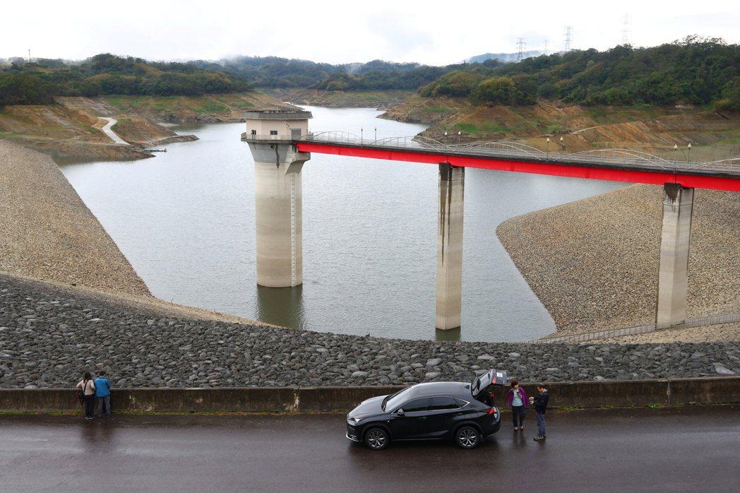 台灣近56年來第一次全年無颱,沒有颱風帶來降雨挹注水庫蓄水,中南部勢將面臨嚴重缺水。圖為新竹寶山第二水庫。 圖/路透社
