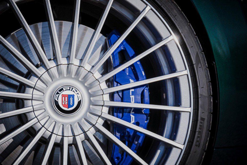 21吋多輻式Alpina Classic鍛造鋁圈與四活塞Brembo卡鉗。 圖/...