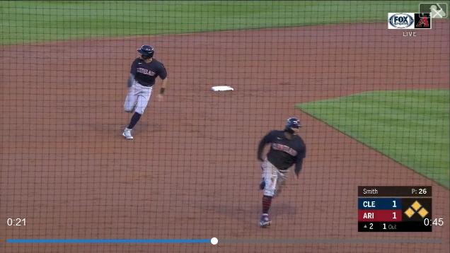張育成跑壘時差點追過前面的隊友,兩人一起在本壘撲倒的畫面也相當有趣。 截圖自影片