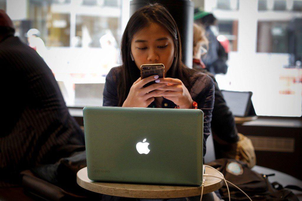 日前,某出版社總編在網路上發文表示:「臉書行銷職業,確實女性居多;其中,年輕女孩子又更多;整體上女性的歷史感是不如男性的。」示意圖。 圖/路透社