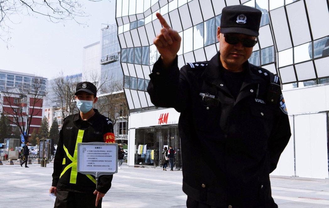 法新社記者於3月25日,前往拍攝北京三里屯的H&M旗艦店,被場外攔阻。 圖/法新...