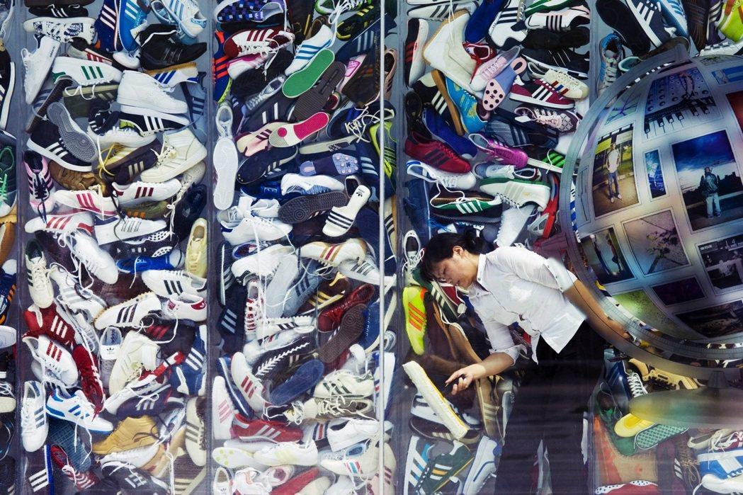 在中國事業版圖名列前茅的adidas和Nike,已是繼H&M之後砲火集中的亂戰區...