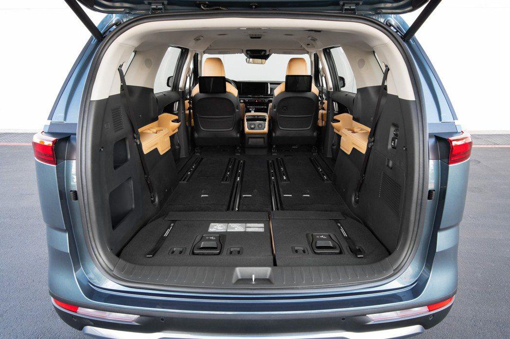 大改款美規Kia Carnival七人座車型的二、三排座椅全數傾倒功能。 摘自K...