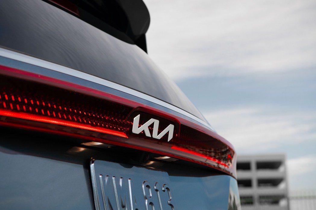大改款Carnival是首款使用新Kia廠徽的美規車型。 摘自Kia
