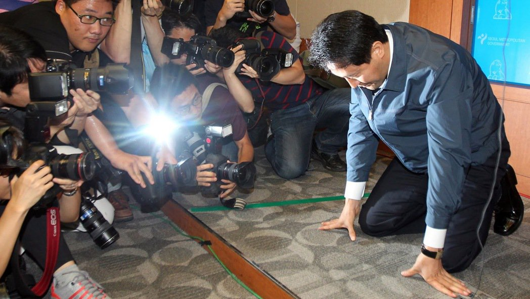 吳世勳因為營養午餐案而民調重挫,後來還因此下跪告急懇求選民支持,結果兩例營養午餐...