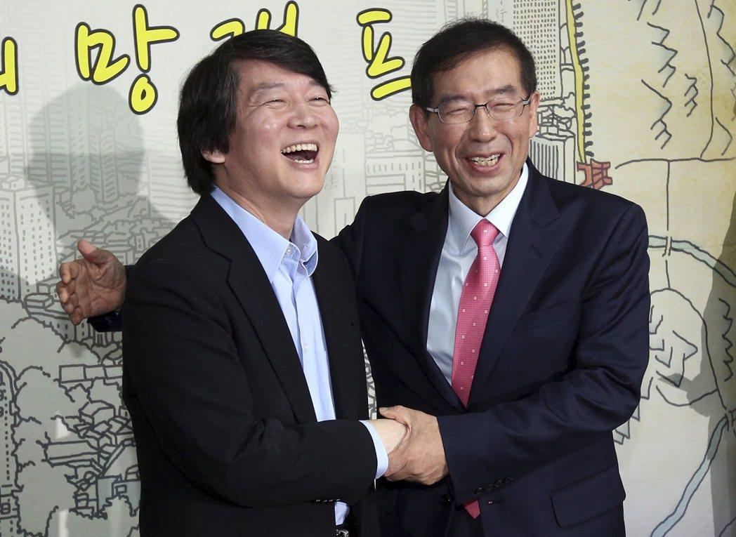 2011年的安哲秀(左)與朴元淳(右)。 圖/路透社