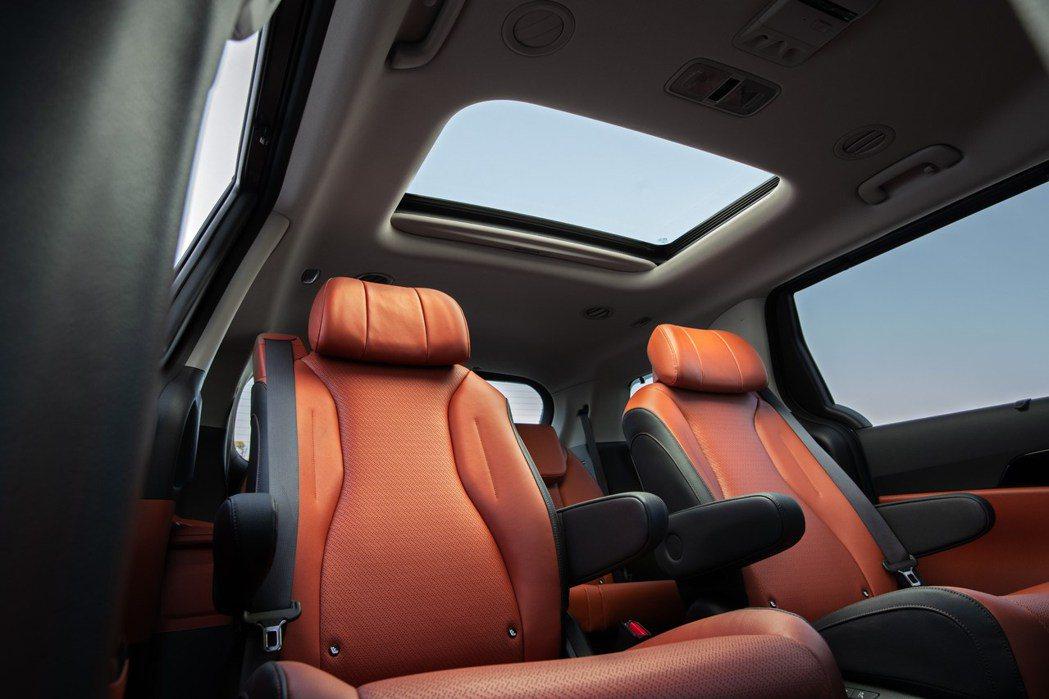 大改款美規Kia Carnival僅有三排7人或8人座的車型配置。圖為七人座車型...