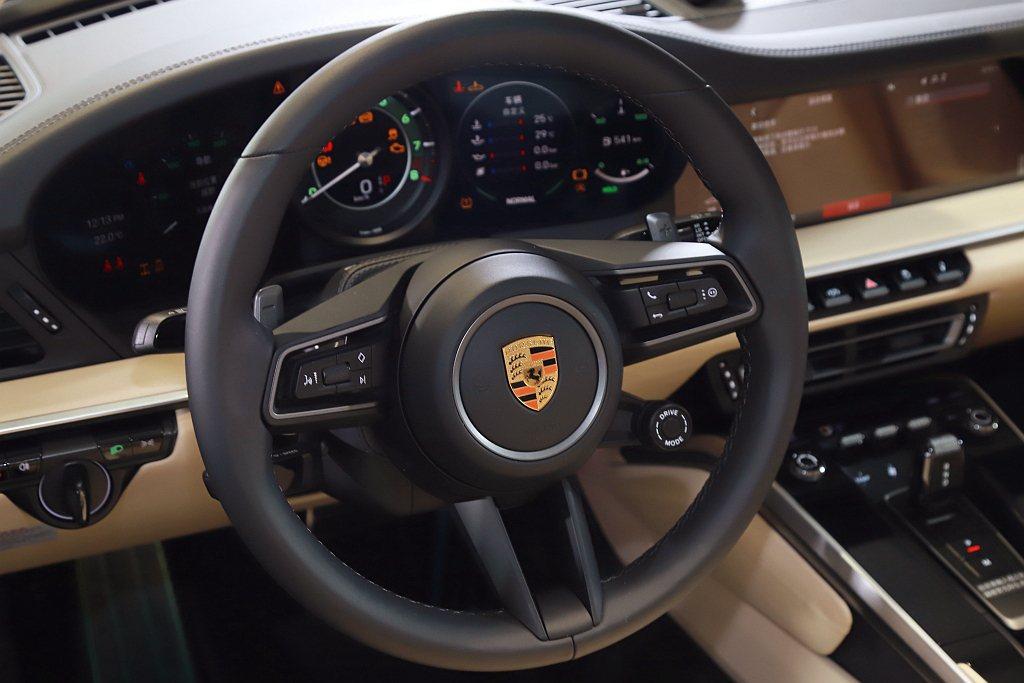 標準配備保時捷主動式懸載調整系統(PASM),駕駛可手動切換Normal和Spo...