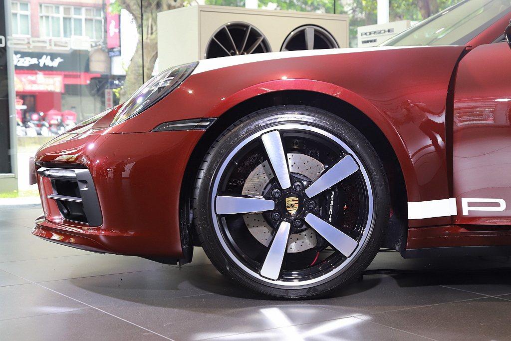 標準配備前20吋、後21吋Carrera Exclusive Design輪圈與...