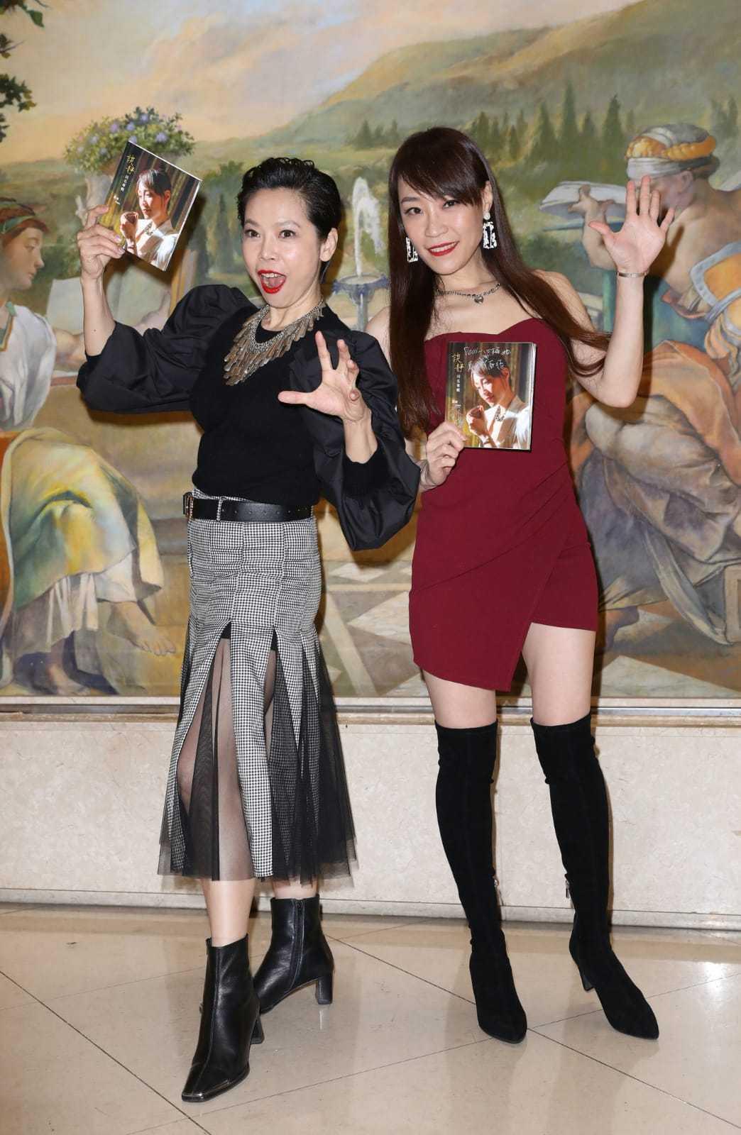 金曲歌后曾心梅(左)今天為歌壇新人談靜站台,卻驚吐引退宣言。圖/經紀人提供