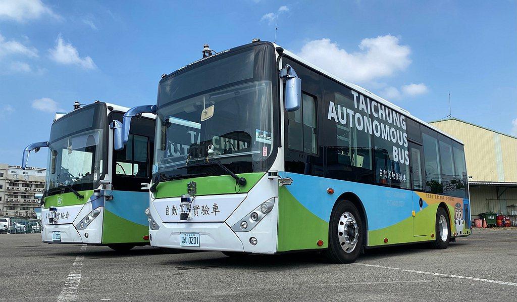 台中市政府交通局特別邀請在水湳智慧城試乘的台中自動駕駛公車(合作單位包含:工研院...