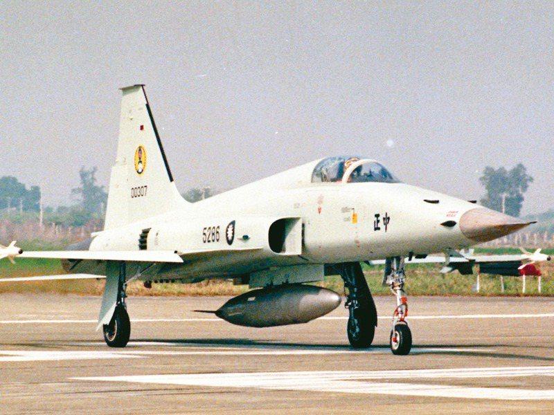 台東志航基地兩架F-5E戰機失事,圖為潘穎諄上尉駕駛的編號5286戰機。圖/聯合報系資料照片
