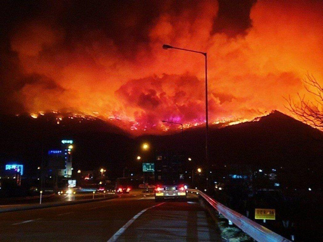 2019年南韓的江原道山林大火,總燃燒面積更達到1,757公頃,相當於2,400...