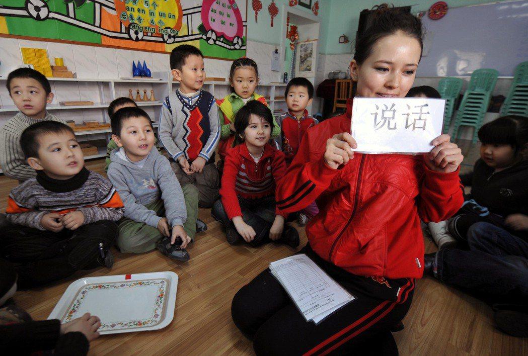 中國政府目前仍持續透過各種手段,企圖操控海外維吾爾社群,使他們在議題上噤聲。圖...