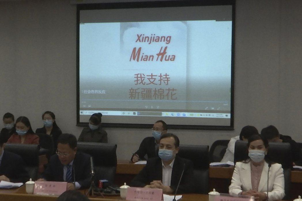 中國最近話題火熱的非新疆棉莫屬。「我支持新疆棉花」,圖為新疆地方政府的代表將於3...