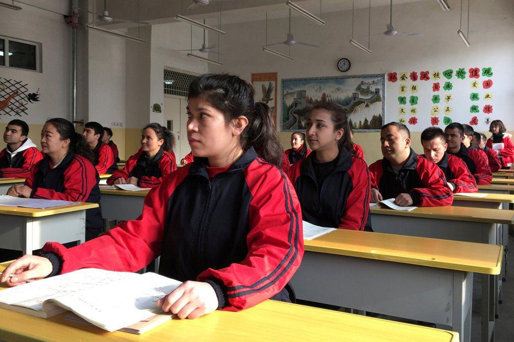圖為 2019 年於中國政府安排參訪「再教育營」的行程中,相關單位有機會參與當地...