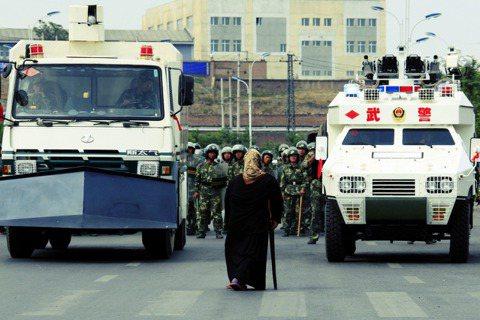 維吾爾族的困境屢屢成為西方世界與中國政府往來拉鋸的人權議題,與此同時,新的社群媒...
