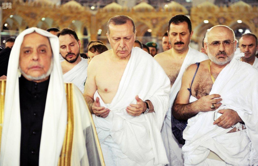 2017年厄多安到沙烏地阿拉伯,前往伊斯蘭聖地麥加朝覲。 圖/沙新社